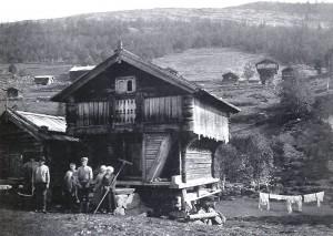 """Pause i slåtten på Nigard  (Fra """"Bondal i Telemark - Stuler og stulsdrift"""" av Trygve Nes)"""