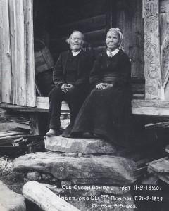 """Ole og Ingebjørg Bondal fotografert av presten Thisdahl i 1908 (Fra """"Bondal i Telemark - Stuler og stulsdrift"""" av Trygve Nes)"""