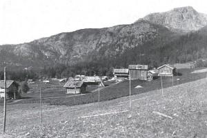 """Reisjågrenda tidlig på 1900-tallet (Fra """"Bondal i Telemark - Stuler og stulsdrift"""" av Trygve Nes)"""